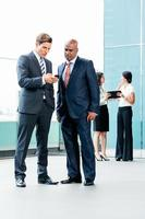 gemischte asiatische und kaukasische Business-Team-Sitzung foto