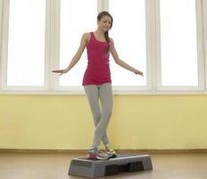 Porträt der jungen erwachsenen kaukasischen sportlichen Frau, die Training ausübt