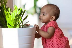 Porträt des kleinen afroamerikanischen kleinen Mädchens lächelnd foto