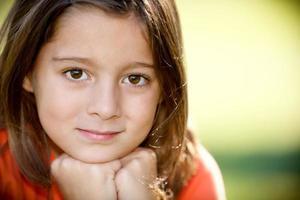 echte Menschen: lächelndes kaukasisches kleines Mädchen im Freien Nahaufnahme Kopfschuss foto