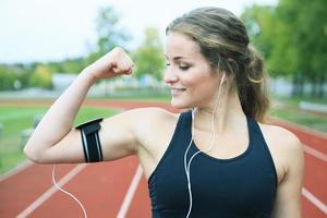 Läuferfrau, die auf einem Feld im Freienschuss joggt foto