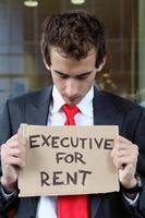 junger kaukasischer Geschäftsmann am Büro außerhalb mit Exekutive fo