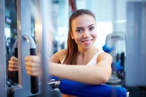 hübsches Mädchen, das im Fitnessstudio trainiert foto