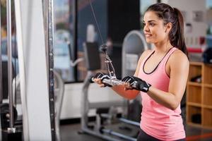 Muskelaufbau im Fitnessstudio foto