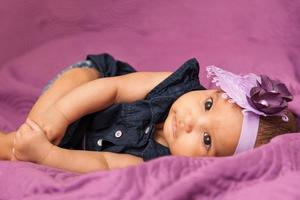 entzückendes kleines afroamerikanisches Baby, das schaut foto