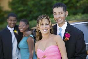 Paare auf dem Weg zum Abschlussball foto