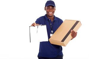 afroamerikanischer Zusteller, der Paket trägt foto