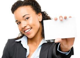 hübsche afroamerikanische Geschäftsfrau, die Plakat hält foto