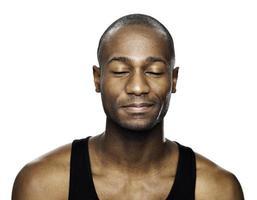 Afroamerikaner Mann, der sich süße Dinge vorstellt foto