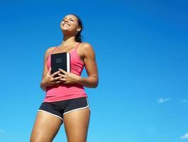 glückliche Afroamerikanerfrau mit Bibel foto