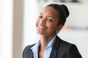 Porträt einer jungen afroamerikanischen Geschäftsfrau foto