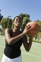 junge Frau, die den Ball schießt