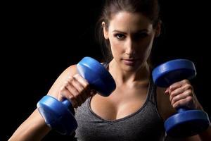 Fitnessfrau auf schwarzem Hintergrund foto