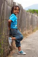 Porträt eines niedlichen afroamerikanischen kleinen Jungen foto