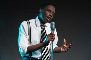 Retro Afroamerikaner Jazz Sänger mit Mikrofon. foto