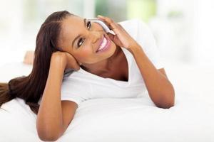 Afroamerikanerfrau, die auf Handy spricht foto