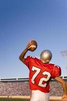 Quarterback wirft Fußball