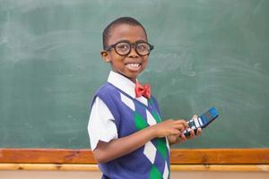 lächelnder Schüler mit Taschenrechner foto