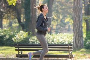 hübsches junges Mädchen beim Joggen foto