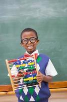 lächelnder Schüler, der Abakus hält foto