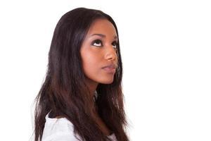 junge schöne schwarze Frau, die aufschaut foto