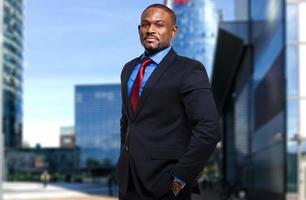 lächelnder afrikanischer Geschäftsmann foto