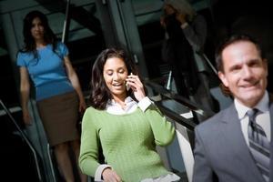 Handy-Anruf in der Menge foto