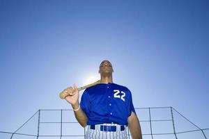 Baseballschläger, trägt die blaue Uniform Nummer 22 foto