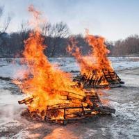 Zwei Palettenfeuer brennen hell foto
