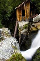 verschwommener Wasserfall mit alter Mühle 01 foto