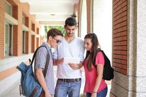 glückliche Studenten, die Computer benutzen