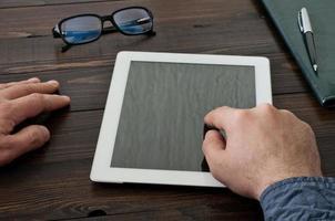 Mann mit einem Tablet-Computer läuft foto