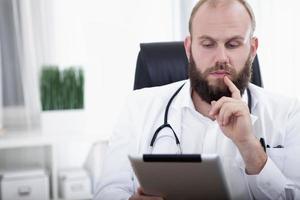 Porträt eines Arzt mit Tablet-Computer foto