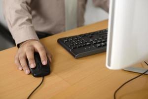 Geschäftsmann, der mit Tastatur tippt foto