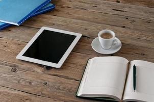 weißer Tablet-Computer mit leerem Bildschirm foto