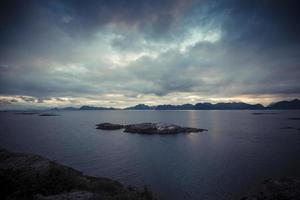 Lofoten Norwegen bewölkter Meerblick mit kleinen Felseninseln - blau foto