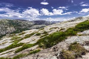 Trekking in norwegischen Fjorden foto