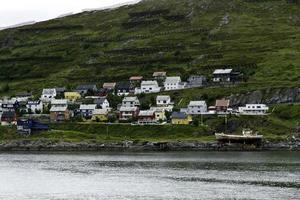 Häuser und Lawinenzäune in Hammerfest, Norwegen. foto