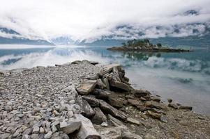 Steinkap in den Fjord und kleine Insel foto