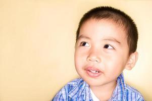 asiatischer Junge denkt nach foto
