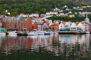berühmte bryggen straße in bergen - norwegen