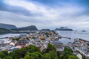 ålesund, norwegen an einem wolkigen tag foto