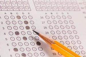 Prüfung Kohlepapier Computerblatt und Bleistift foto