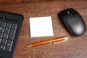 Komposition mit Aufkleber, Maus, Stift und Tastatur