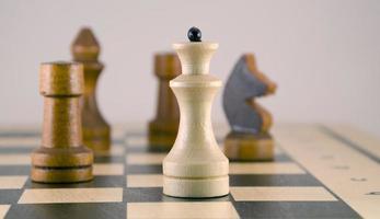 Schachbrett und Figuren foto