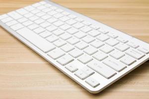 weiße Tastatur auf dem Schreibtisch