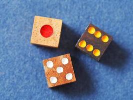 Holzspielwürfel auf blauer Stoffnahaufnahme
