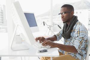 konzentrierter Geschäftsmann, der auf der Tastatur tippt