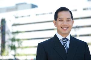 asiatischer Geschäftsmann lächelnd foto