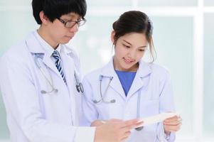 junger asiatischer Arzt foto